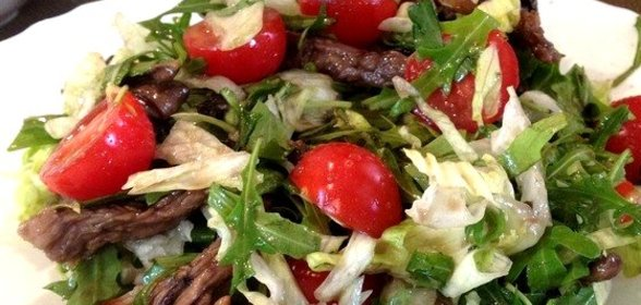Теплый мясной салат с фото