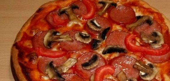 Пицца с грибами колбасой и сыром и помидорами рецепт с пошаговый